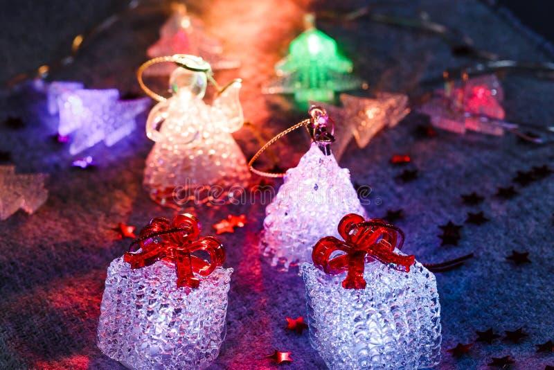 glödande leksaker på grå bakgrund, festliga glödande kuber, jul arkivfoton
