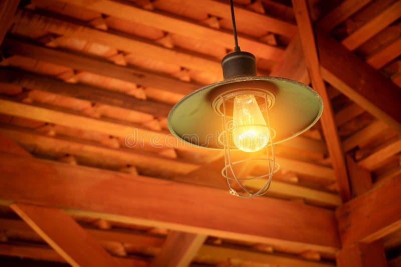 Glödande ljus kula som hänger från takfast utgift från taket fotografering för bildbyråer