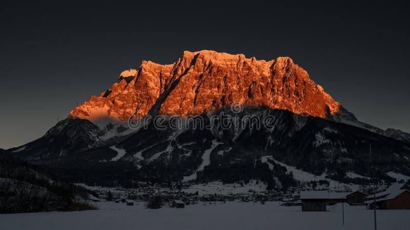 Glödande maximum för solnedgång av den enorma alpina bergskedjan fotografering för bildbyråer