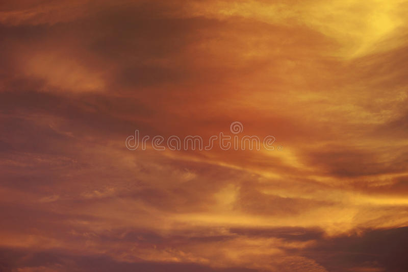 GLÖDANDE ORANGE SKYMNINGHIMMEL Brännhet orange solnedgånghimmel Härlig sky , Dubai, UAE-21 JULI 2017 royaltyfri foto