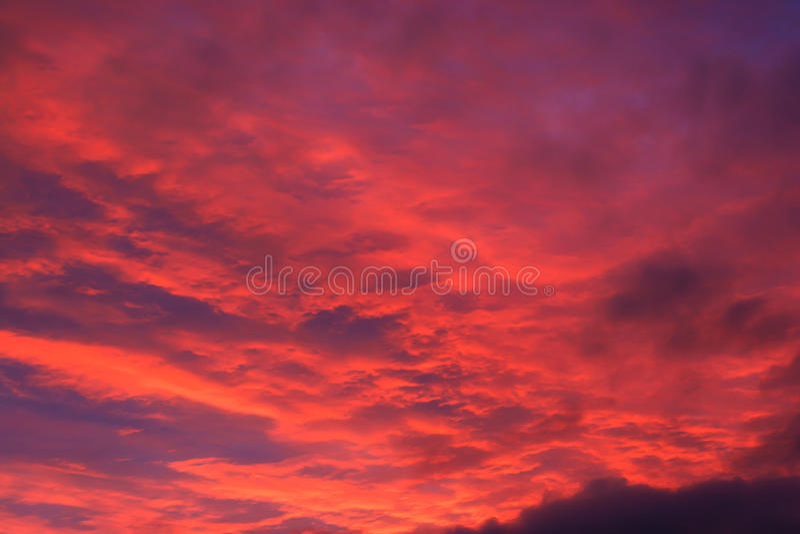 Glödande röda moln Dawn Sky Sunrise royaltyfria bilder