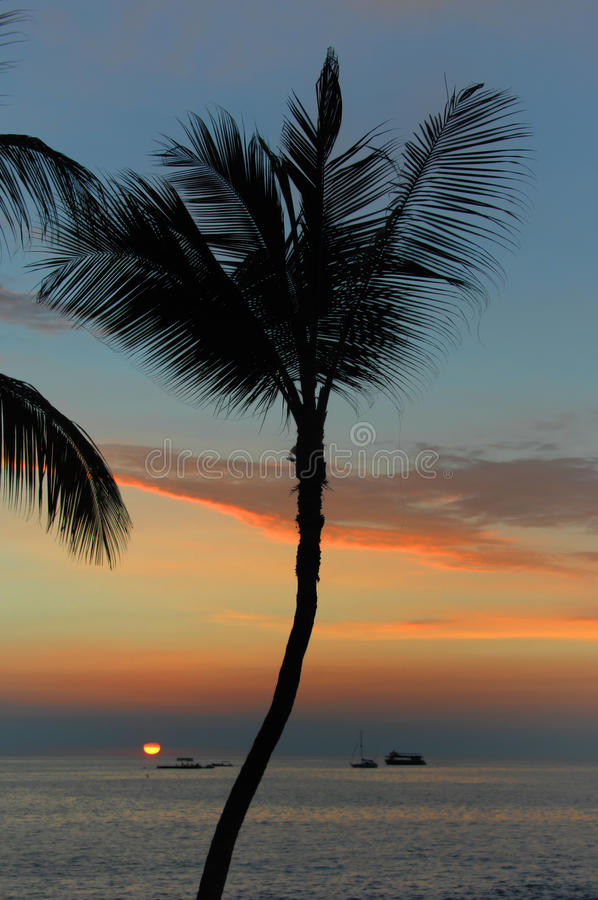 Glödande solnedgång på den Kona sidan royaltyfri bild