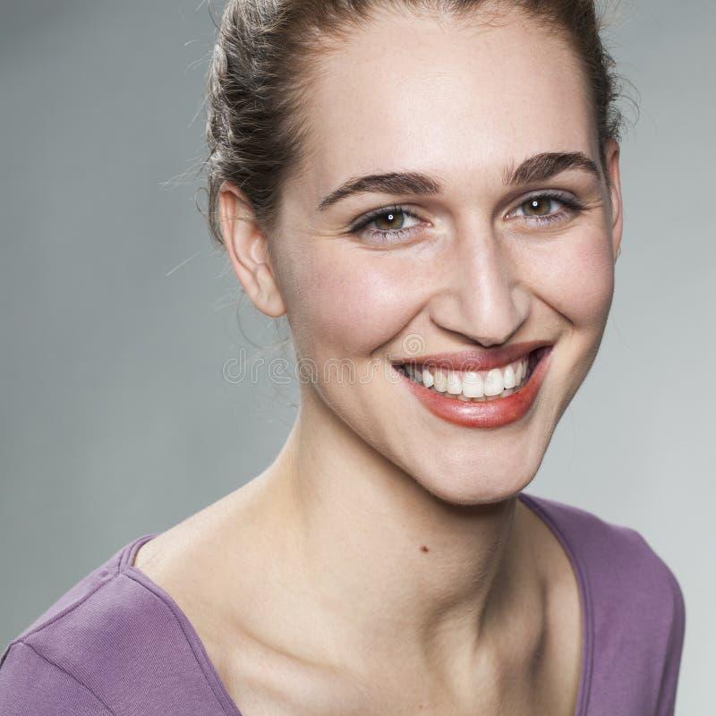 Glödande ung kvinna som ler för wellness och hudstrålglans arkivfoton