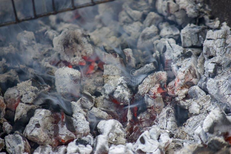 Glödande varmt kol som är klart för att laga mat, närbild, bakgrundstextur arkivbild