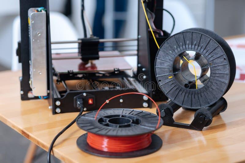 glödtråd för skrivare som 3D ligger på tabellen arkivbild