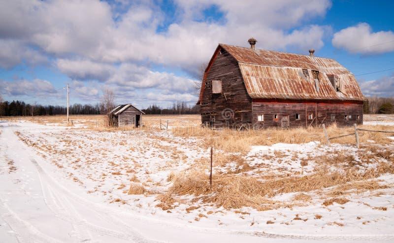 Glömd ladugård för lantgårdfält som förfaller den jordbruks- strukturranchen royaltyfri foto