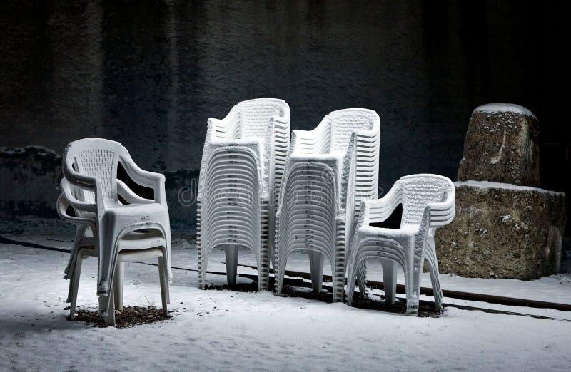 Glömda stolar i teatern för öppen luft arkivfoton