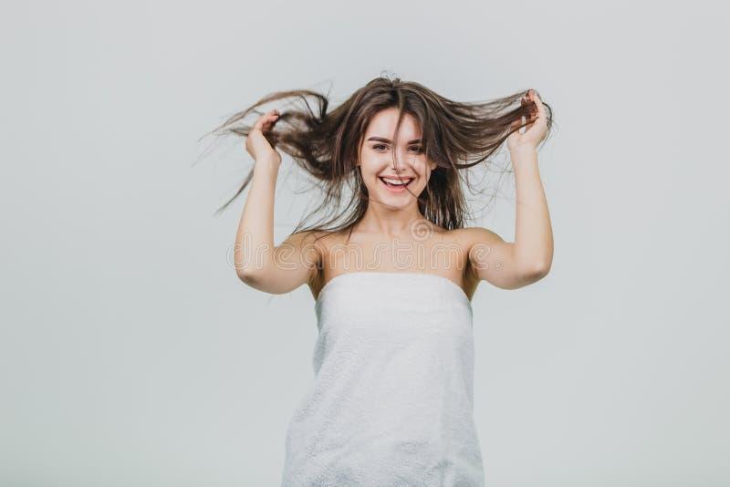 Glömma att jag är en vuxen människa Skämtsam, lycklig och barns attraktivt kvinnligt grovt hår och att le brett som rymmer händer arkivfoto