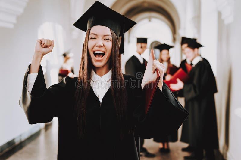 glück Asiatisches Mädchen absolvent stehen schutzkappe stockfotos