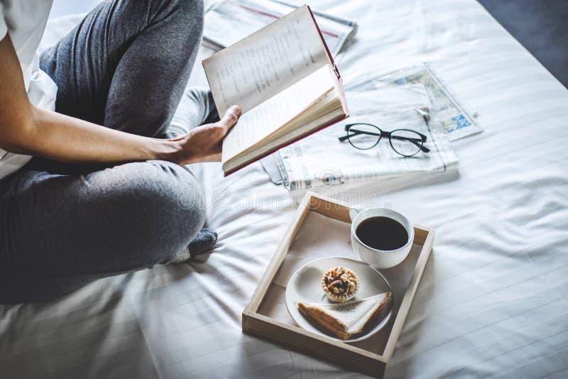 Glück der jungen Frau auf Schlafzimmer, wenn Lesebücher und n genossen werden lizenzfreies stockfoto