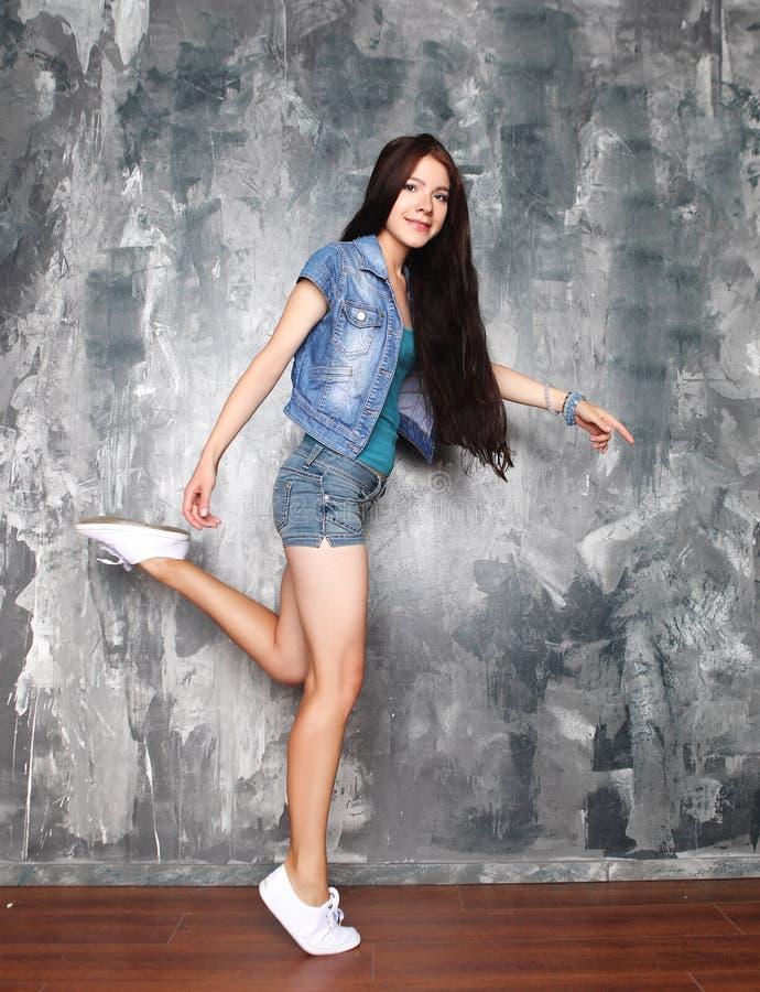Glück, Freiheit und Leutekonzept - lächelnde junge Frau J stockbilder