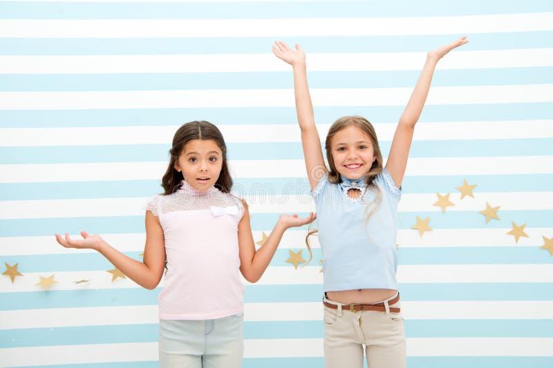 Glück und Überraschung Glück und Überraschung von kleinen Kindern kleine Kinder drücken helle Gefühle aus Wir taten sie stockfoto