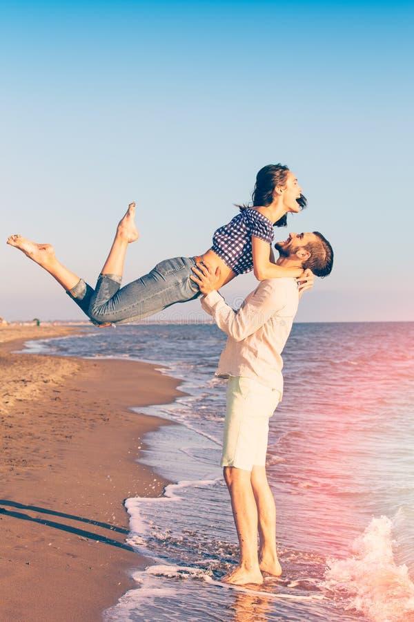 Glück und romantische Szene von Liebespaaren tut sich auf dem Strand zusammen lizenzfreies stockbild