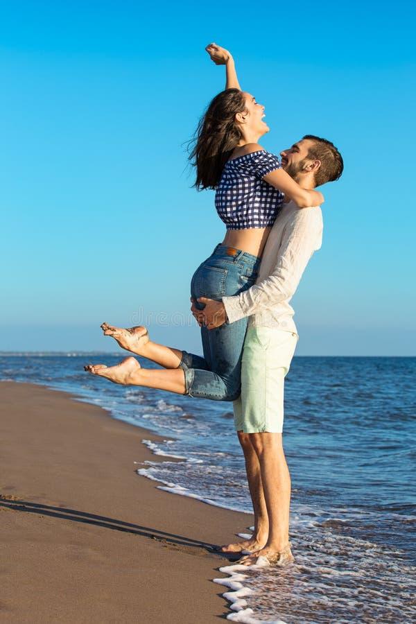 Glück und romantische Szene von Liebespaaren tut sich auf dem Strand zusammen stockfoto