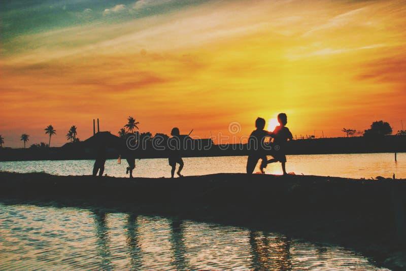 Glück unter Sonnenuntergang stockbilder