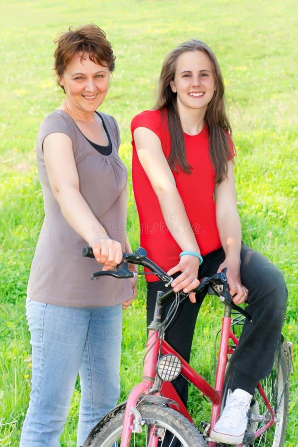 Glückfrau und Jugendlichmädchen im Freien lizenzfreie stockbilder
