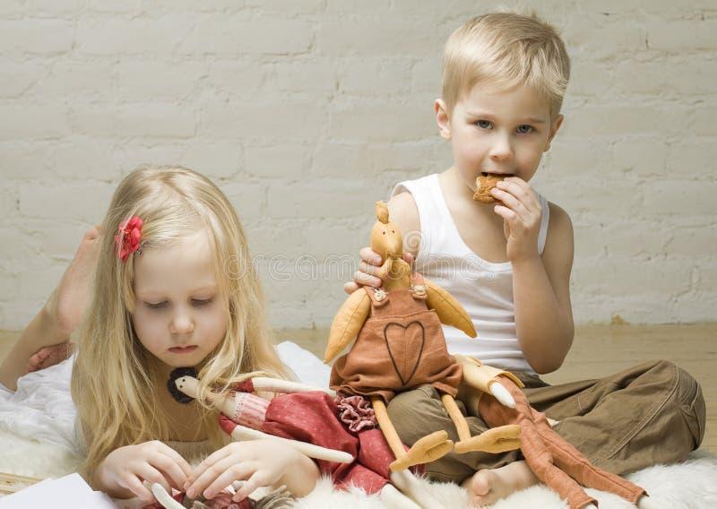 Glückkinder, die nach Hause spielen lizenzfreie stockfotografie
