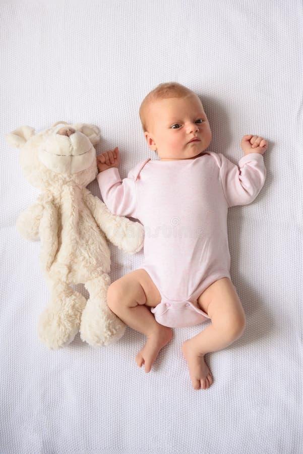 Glücklich-aussehendes Baby, das für Kamera aufwirft stockfoto