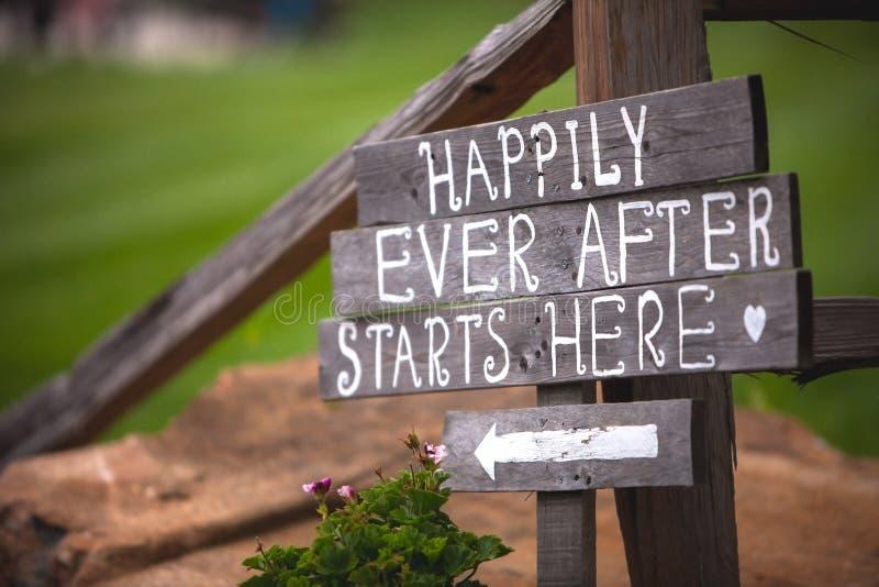 Glücklich beginnt seitdem hier Zeichen am Hochzeitsort lizenzfreies stockbild