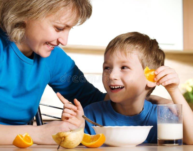 Glücklich in der Küche am Frühstück lizenzfreies stockbild