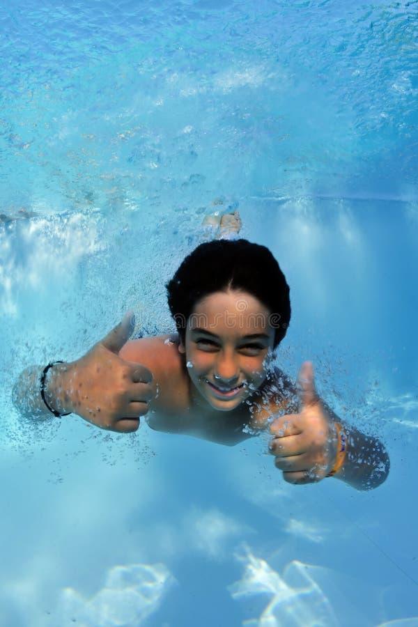 glücklich im Pool stockfotografie