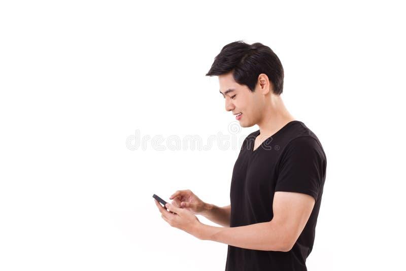 glücklich, lächelnd, netter Mann, der Smartphone verwendet stockfoto