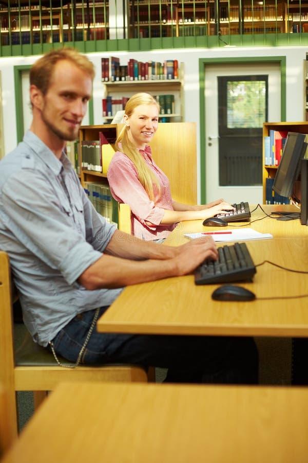 Glücklich mit Computer lizenzfreies stockfoto