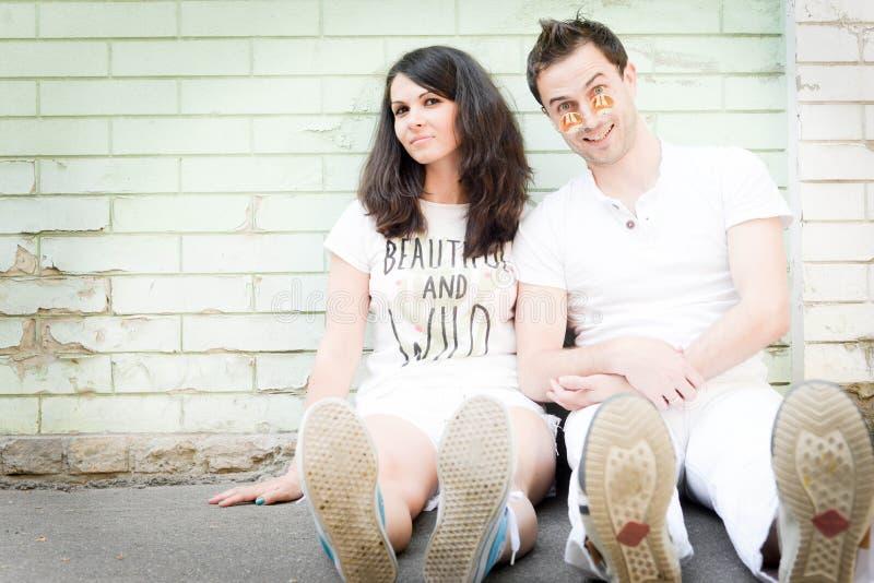 Glücklich, recht junge Paare draußen liebend stockfotos