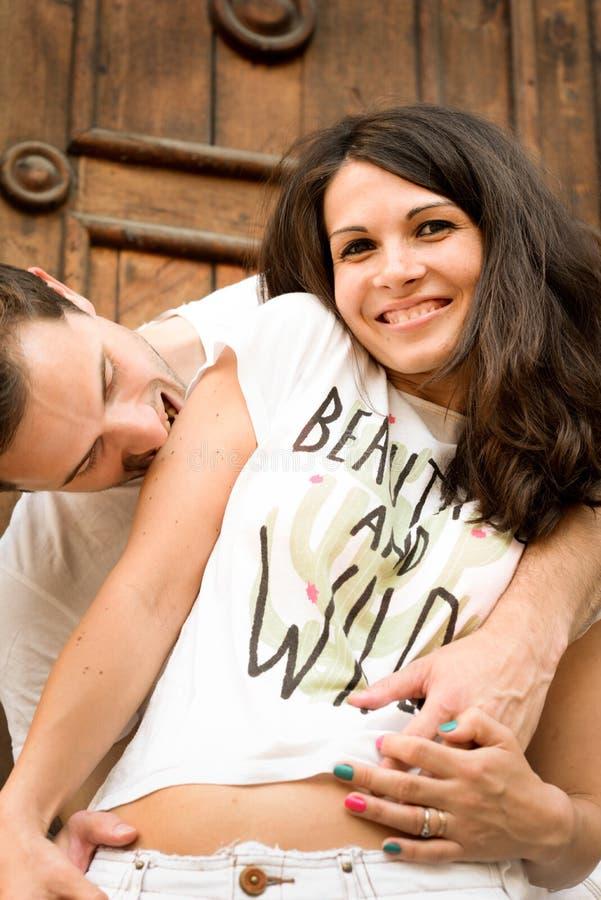 Glücklich, recht junge Paare draußen liebend stockfoto