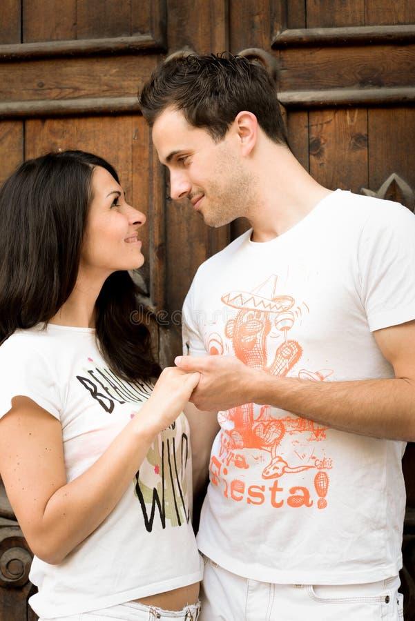 Glücklich, recht junge Paare draußen liebend lizenzfreie stockbilder
