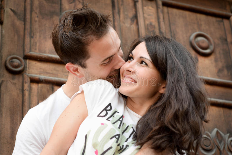 Glücklich, recht junge Paare draußen liebend lizenzfreie stockfotos