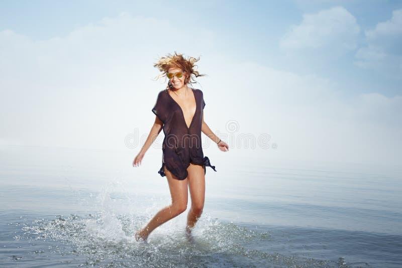 Glücklich am Strand lizenzfreies stockfoto