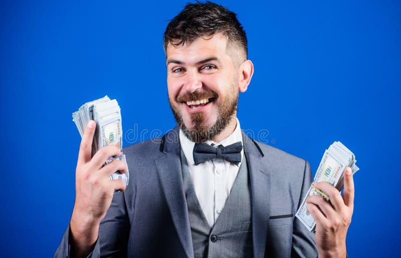 Glücklich und wohlhabend Reicher Gesch?ftsmann mit US-Dollars Banknoten B?rtiger Mann, der Bargeld h?lt W?hrungsvermittler mit lizenzfreie stockbilder