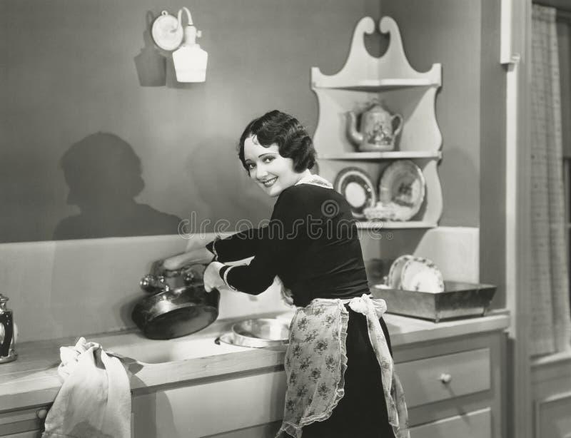 Glücklich waschende Töpfe und Wannen lizenzfreie stockfotografie