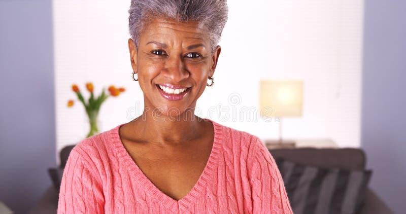 Glückliche ältere Afrikanerin lizenzfreie stockfotos