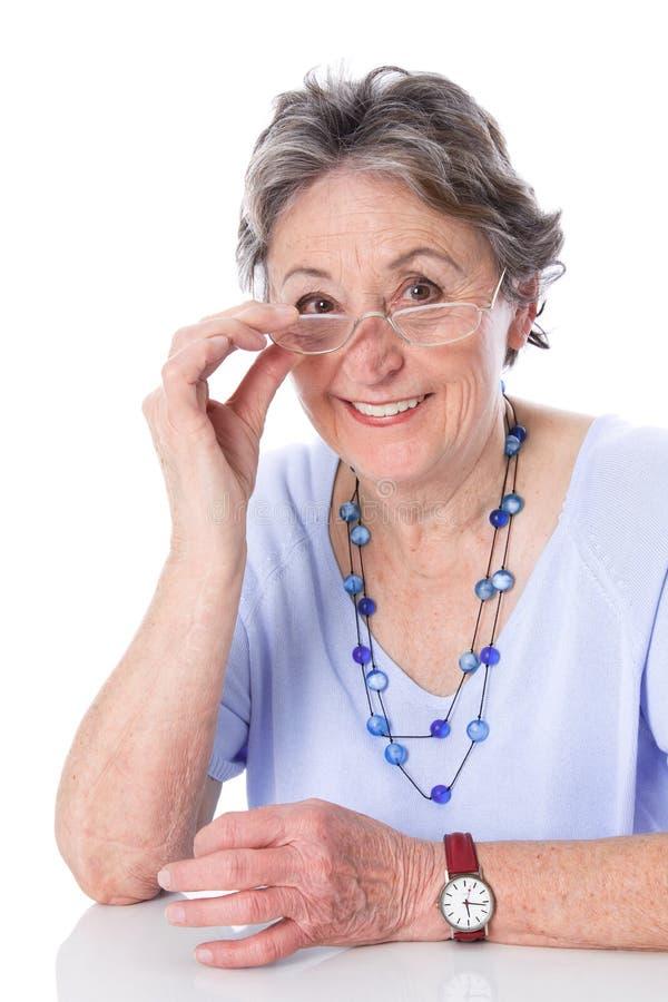 Glückliche ältere Dame - ältere Frau lokalisiert auf weißem Hintergrund stockfotos