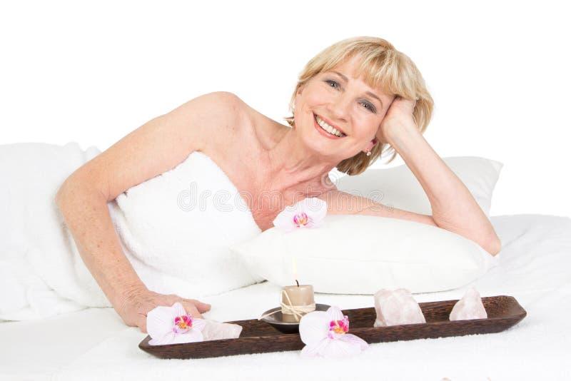 Glückliche ältere Dame am Badekurort lizenzfreie stockfotografie