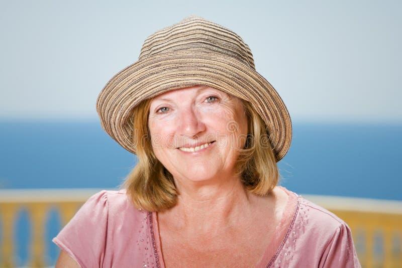Glückliche ältere Dame im Sun stockbild