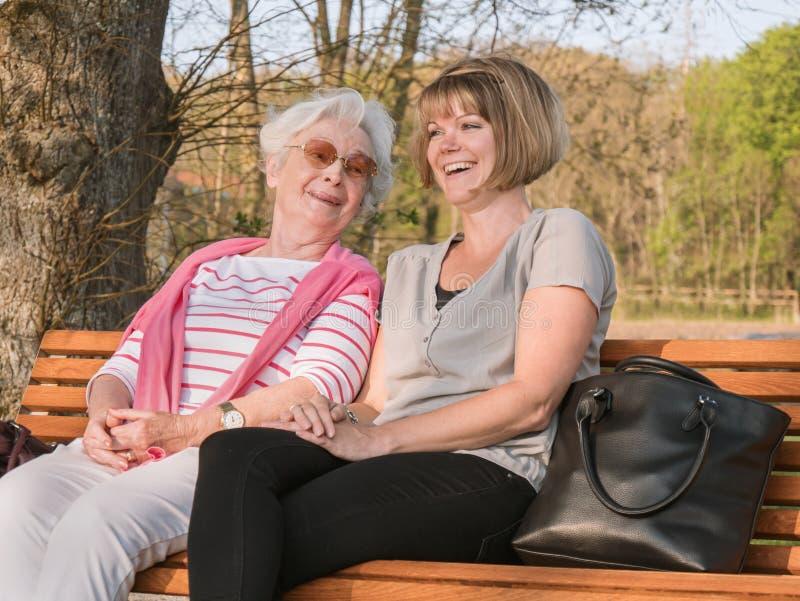 Glückliche ältere Dame mit Enkelin lizenzfreie stockfotos