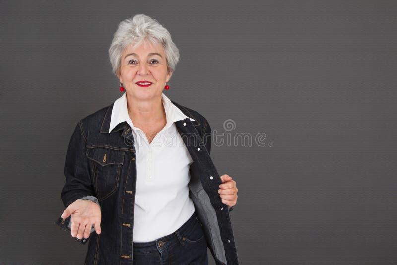 Glückliche ältere Dame mit Gespür stockfotos