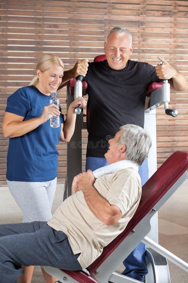 Glückliche Ältere, die in der Eignung sprechen stockfoto