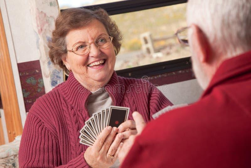 Glückliche ältere erwachsene Paar-Spielkarten lizenzfreie stockfotos