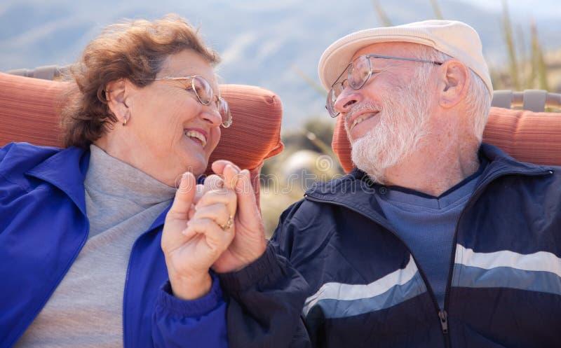 Glückliche ältere erwachsene Paare lizenzfreies stockbild