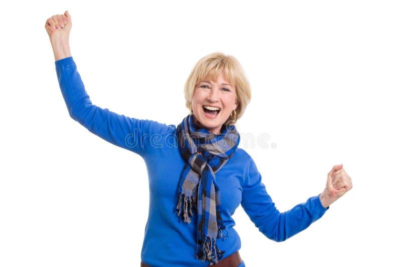 Glückliche ältere Frau, die auf weißem Hintergrund aufwirft lizenzfreie stockfotografie