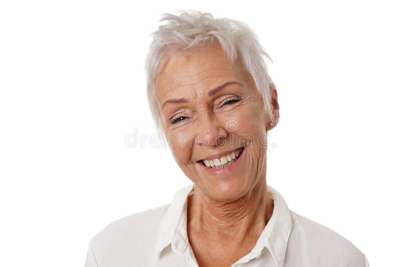Glückliche ältere Frau mit dem modischen kurzen weißen Haar lizenzfreie stockfotografie