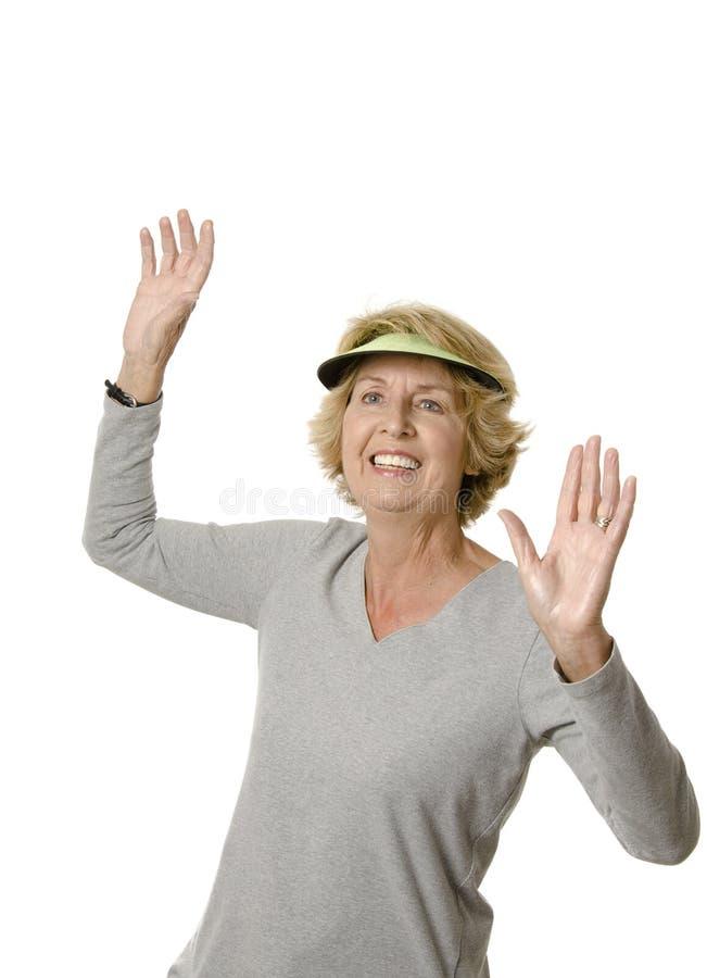 Glückliche ältere Frau mit den Armen angehoben stockfotografie