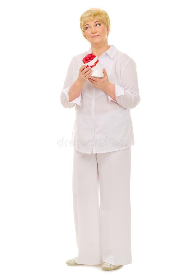Reife Frau und ihr Geburtstagsgeschenk