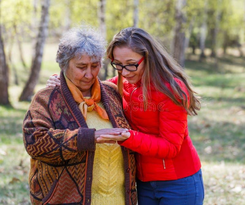 Glückliche ältere Frau mit ihrer Tochter stockfotos