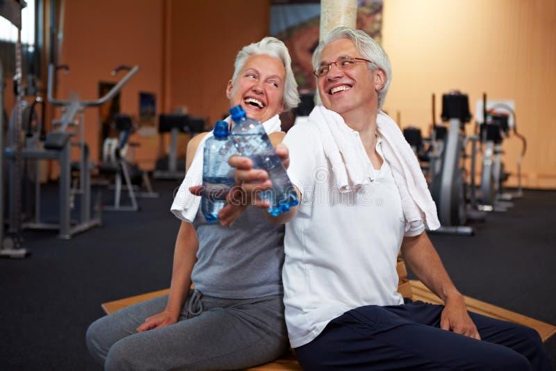 Glückliche ältere Leute mit Wasser stockbild