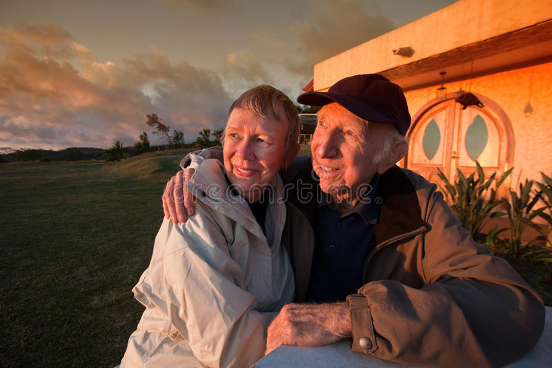 Download Glückliche ältere Paare stockfoto. Bild von verbunden - 25231322